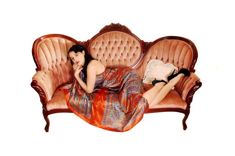 Mujer bonita en el sofá. fotos de archivo libres de regalías