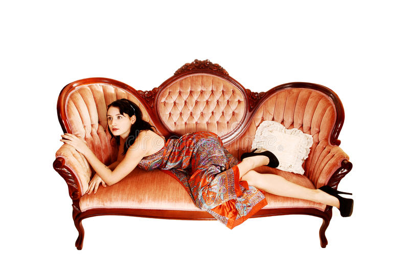 Mujer bonita en el sofá. fotos de archivo