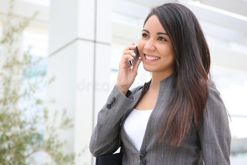 Mujer bonita en el teléfono en la oficina foto de archivo libre de regalías