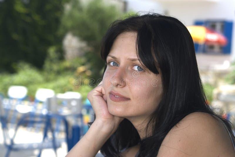 Mujer bonita en la isla griega c fotografía de archivo