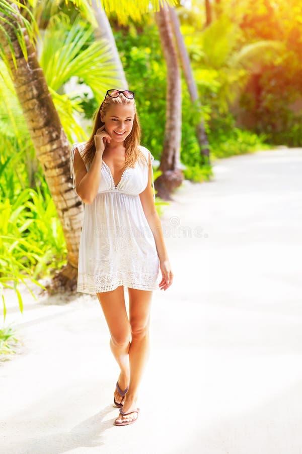 Mujer bonita en la playa tropical fotos de archivo