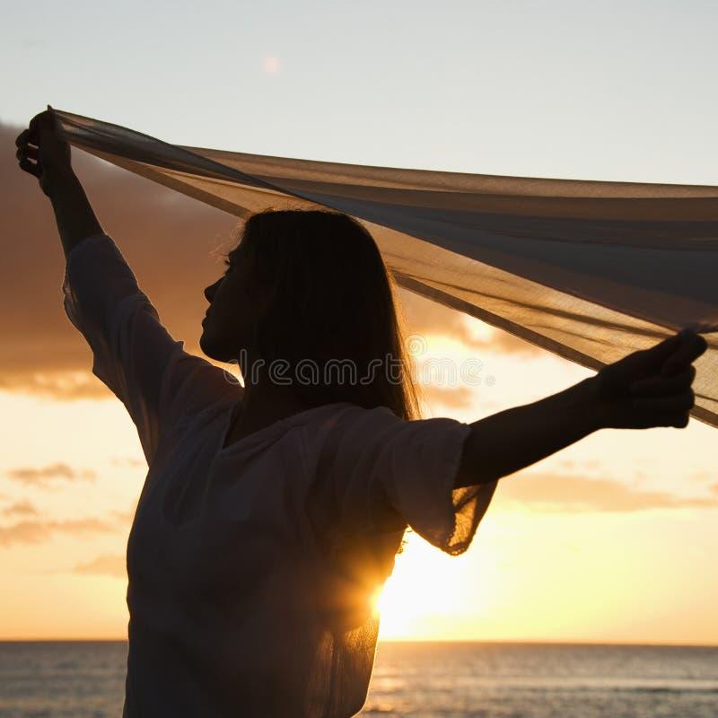 Mujer bonita en la puesta del sol. foto de archivo libre de regalías