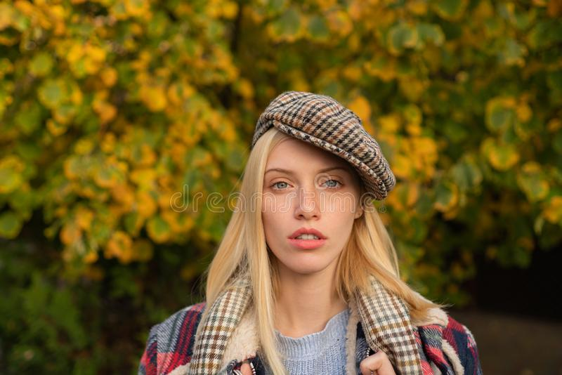 Mujer bonita en sombrero Muchacha de lujo La mujer lleva el fondo a cuadros de la naturaleza de la ropa Quepis del desgaste de la imágenes de archivo libres de regalías