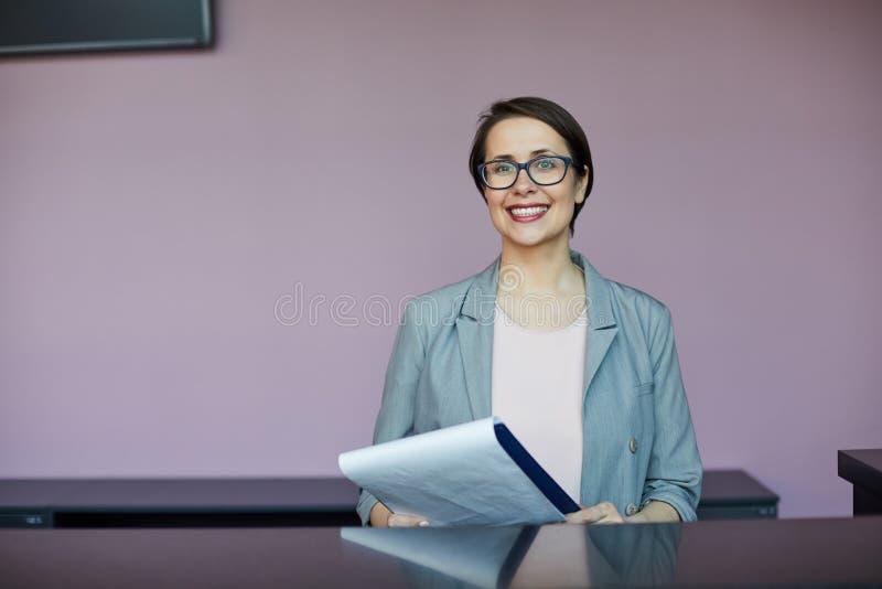 Mujer bonita feliz que es entrevistada con por el reclutador imagenes de archivo