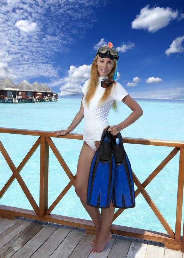 Mujer bonita joven con las aletas, la máscara y el tubo maldives fotos de archivo libres de regalías