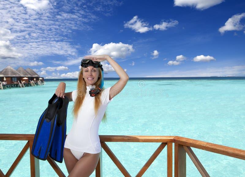 Mujer bonita joven con las aletas, la máscara y el tubo maldives foto de archivo libre de regalías