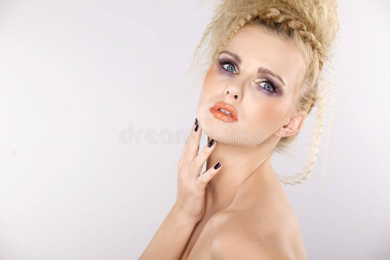 Mujer bonita joven con los pelos rubios hermosos fotografía de archivo