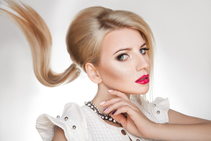 Mujer bonita joven con los pelos rubios hermosos y el maquillaje imagen de archivo libre de regalías