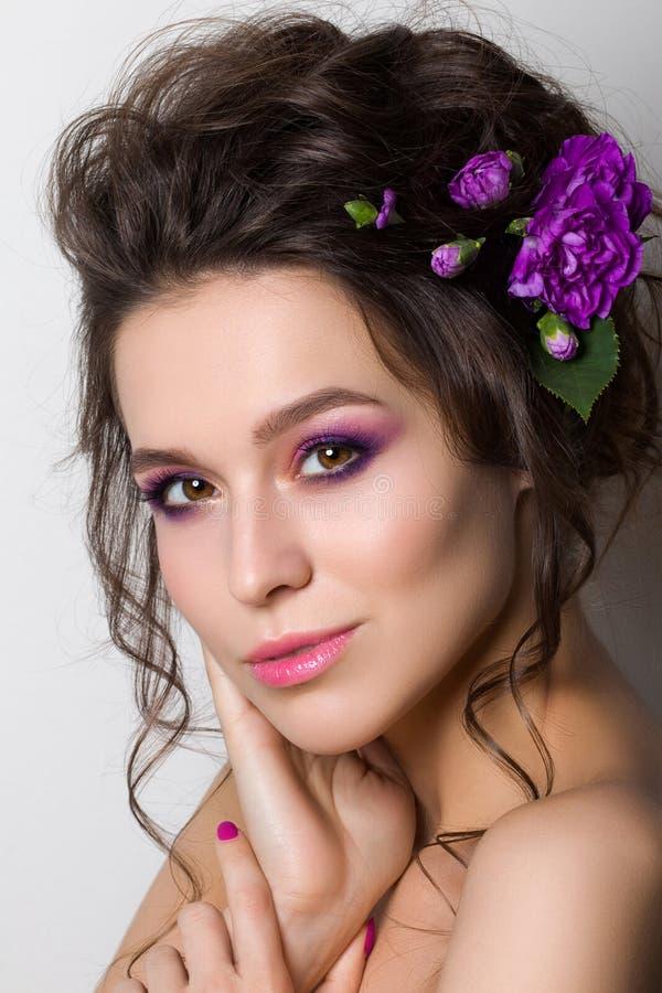 Mujer bonita joven con maquillaje rosado brillante fotos de archivo libres de regalías