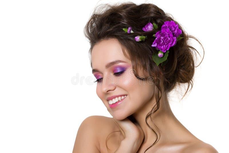 Mujer bonita joven con maquillaje rosado brillante imagen de archivo libre de regalías