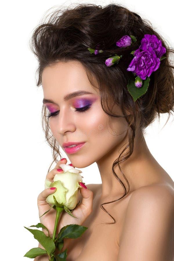 Mujer bonita joven con maquillaje rosado brillante fotos de archivo