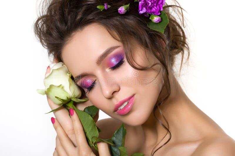 Mujer bonita joven con maquillaje rosado brillante imagen de archivo