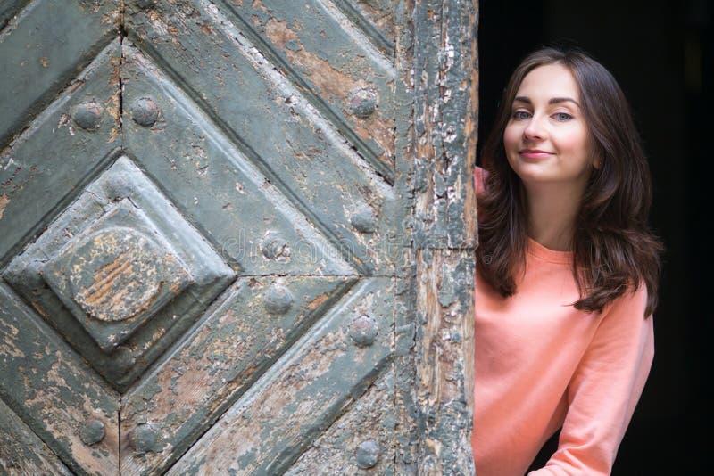 Mujer bonita joven en la ciudad vieja Retrato imágenes de archivo libres de regalías