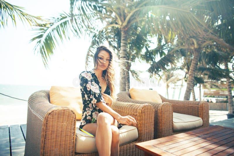 Mujer bonita joven en la piscina que se relaja en la silla, mirada de la moda en la ropa interior en el hotel, concepto de la gen imágenes de archivo libres de regalías