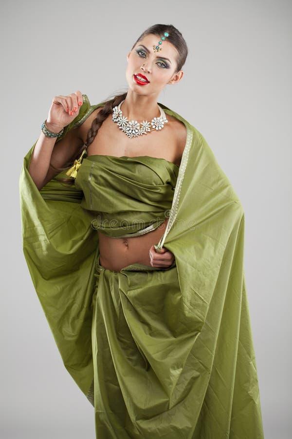 Mujer bonita joven en vestido verde indio foto de archivo libre de regalías