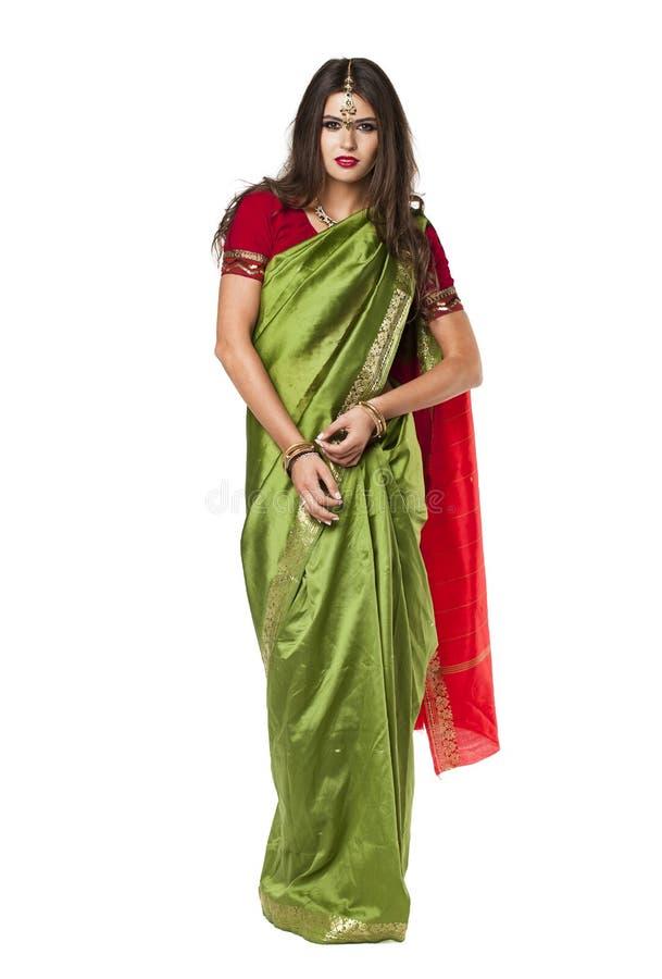 Mujer bonita joven en vestido verde indio imagen de archivo