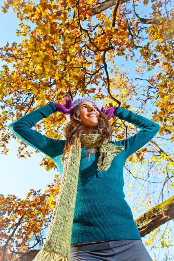 Mujer bonita joven feliz en el parque del otoño. imagen de archivo