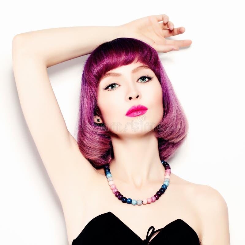 Mujer bonita Maquillaje brillante y pelo coloreado fotos de archivo