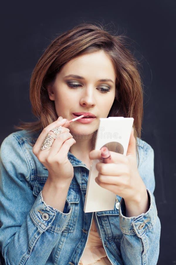 Mujer bonita que aplica el maquillaje, retrato de la forma de vida fotos de archivo libres de regalías