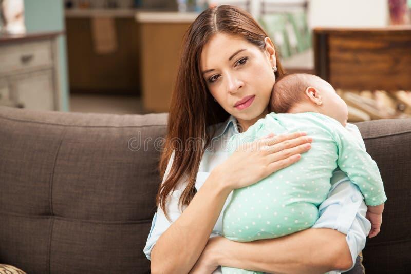 Mujer bonita que detiene a su bebé recién nacido foto de archivo