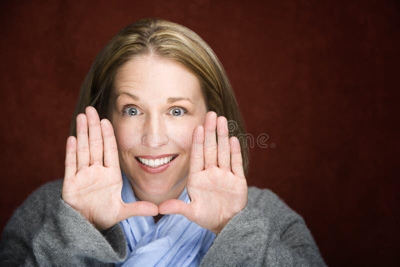 Download Mujer Bonita Que Enmarca Su Cara Foto de archivo - Imagen de mujer, feliz: 7279558