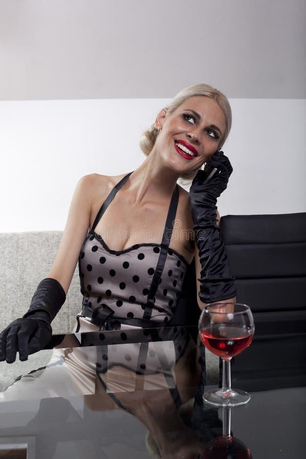 Mujer bonita que habla en el teléfono imágenes de archivo libres de regalías