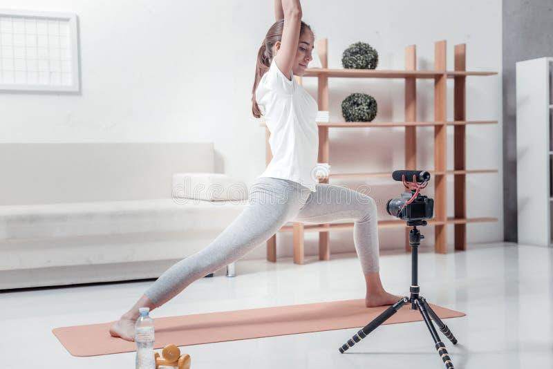 Mujer bonita que hace ejercicios de la mañana fotografía de archivo libre de regalías