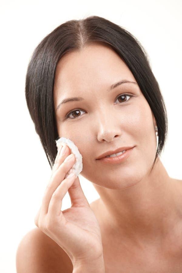 Mujer bonita que hace la limpieza facial fotografía de archivo libre de regalías