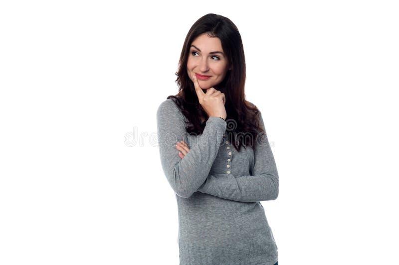 Mujer bonita que mira lejos. Aislado en blanco imagenes de archivo