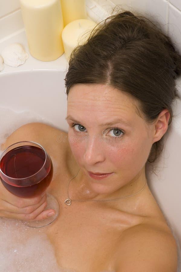 Mujer bonita que se baña imagenes de archivo