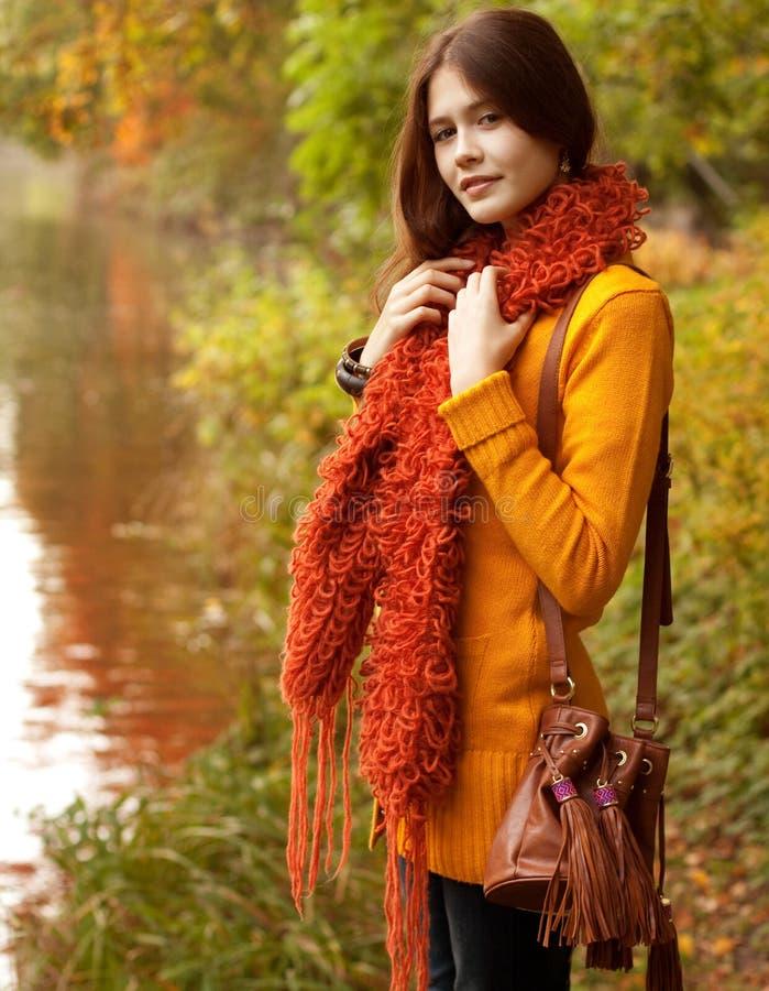 Mujer bonita que se relaja en el parque del otoño fotografía de archivo