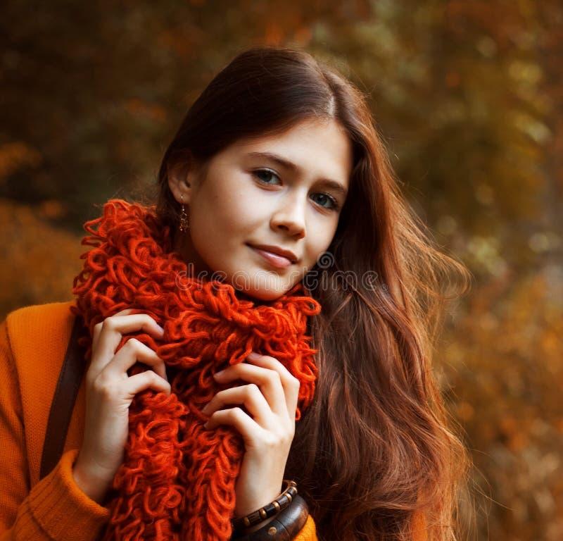 Mujer bonita que se relaja en el parque del otoño imagen de archivo libre de regalías
