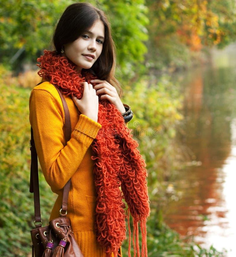 Mujer bonita que se relaja en el parque del otoño imágenes de archivo libres de regalías