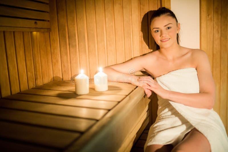Mujer bonita que se relaja en la sauna imagen de archivo