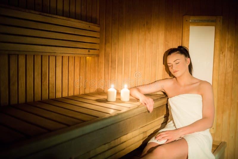 Mujer bonita que se relaja en la sauna imágenes de archivo libres de regalías