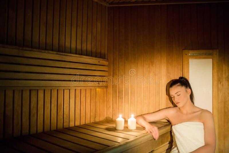 Mujer bonita que se relaja en la sauna fotografía de archivo libre de regalías