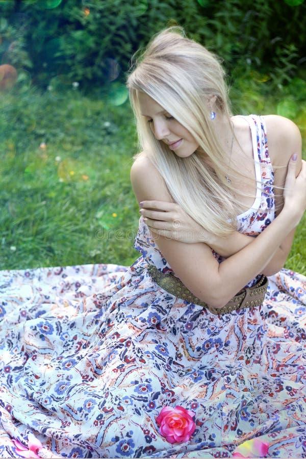 Mujer bonita que se sienta en naturaleza fotos de archivo libres de regalías