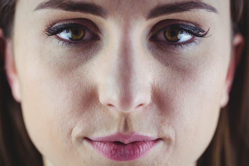 Mujer bonita que sonríe en la cámara fotos de archivo libres de regalías