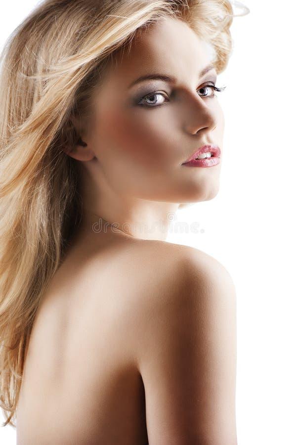 Mujer bonita sensual con el pelo del vuelo, ella es vuelta imagen de archivo