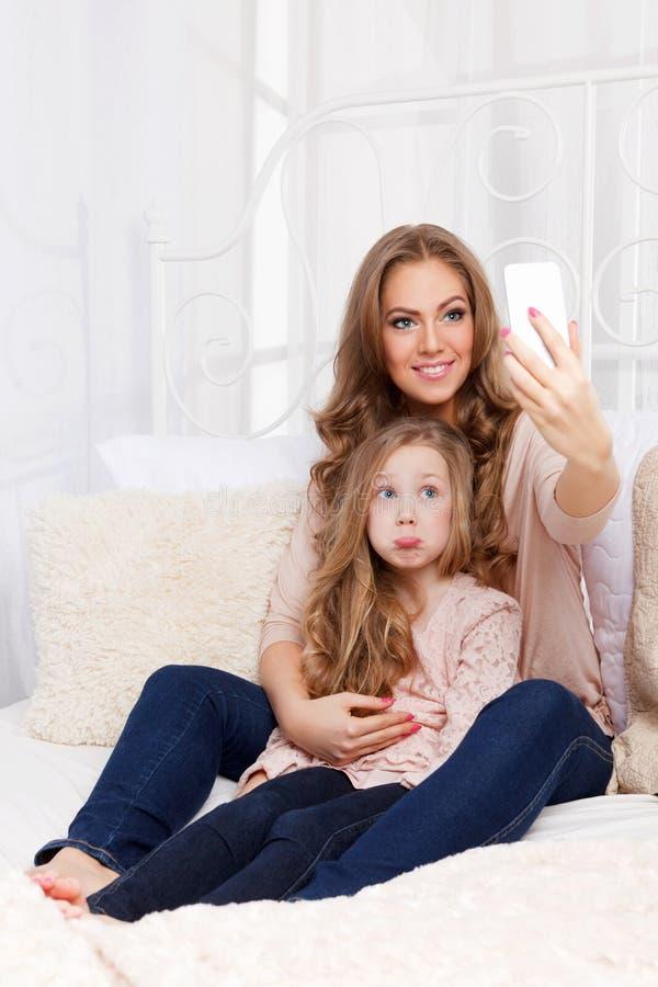 Mujer bonita y niño que toman un selfie imágenes de archivo libres de regalías