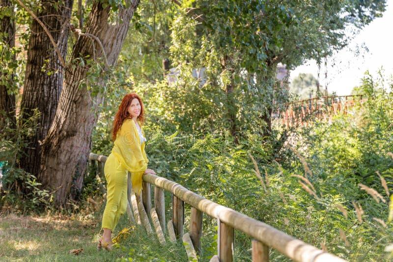 Mujer brasileña con clase en un parque verde fotos de archivo