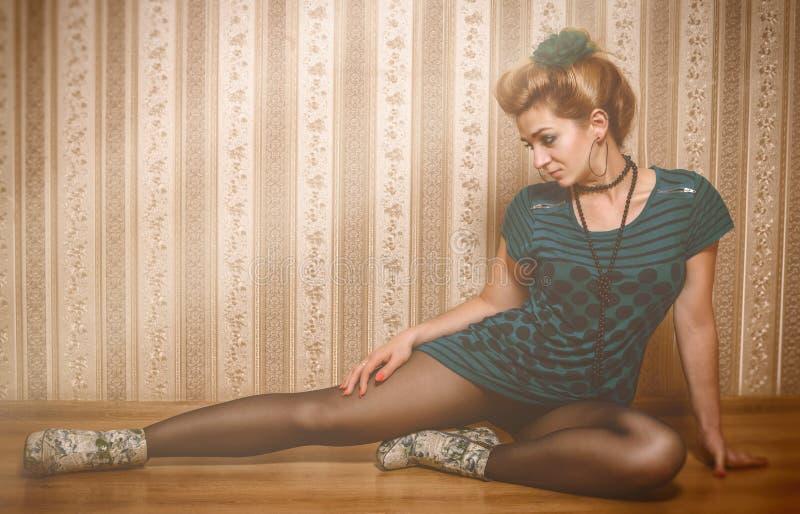 Download Mujer Brillante Del Encanto En Estilo De La Moda Imagen de archivo - Imagen de traje, aguja: 42433715