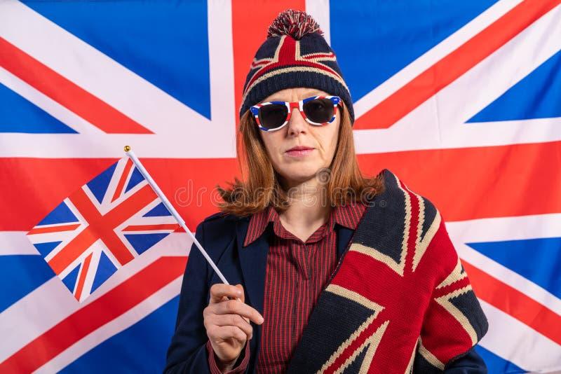 Mujer británica del pelirrojo con la bandera de Reino Unido fotografía de archivo