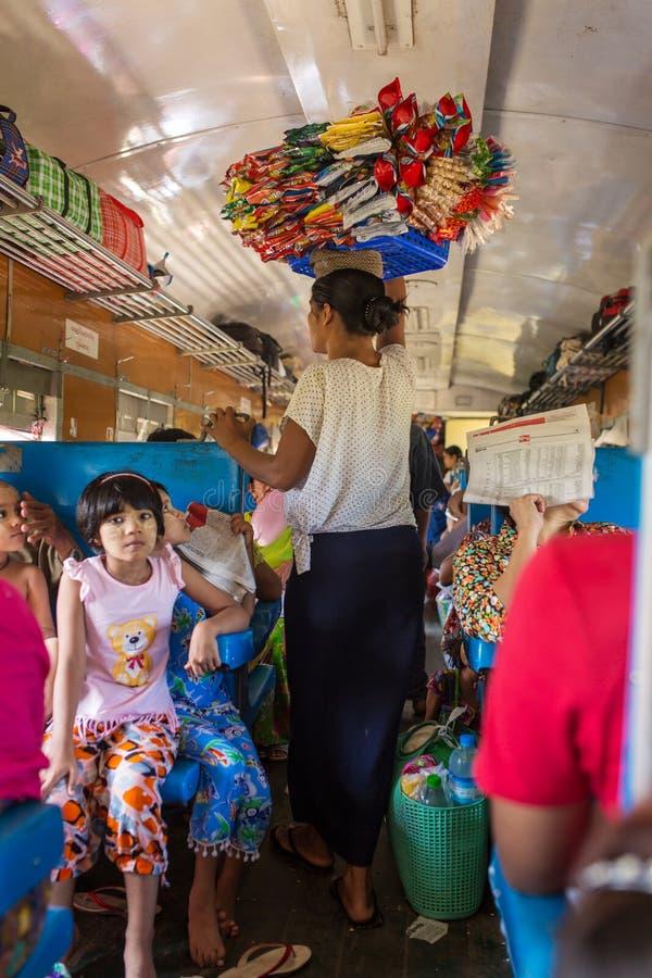 Mujer burmese no identificada que vende ks del  del snaÑ en el tren entre Mandalay y Hsipaw en Myanmar imágenes de archivo libres de regalías