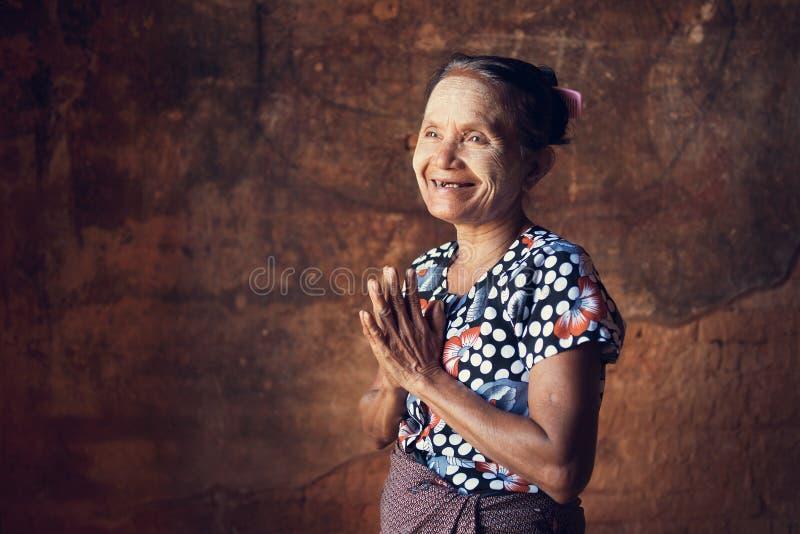 Mujer Burmese que ruega foto de archivo libre de regalías