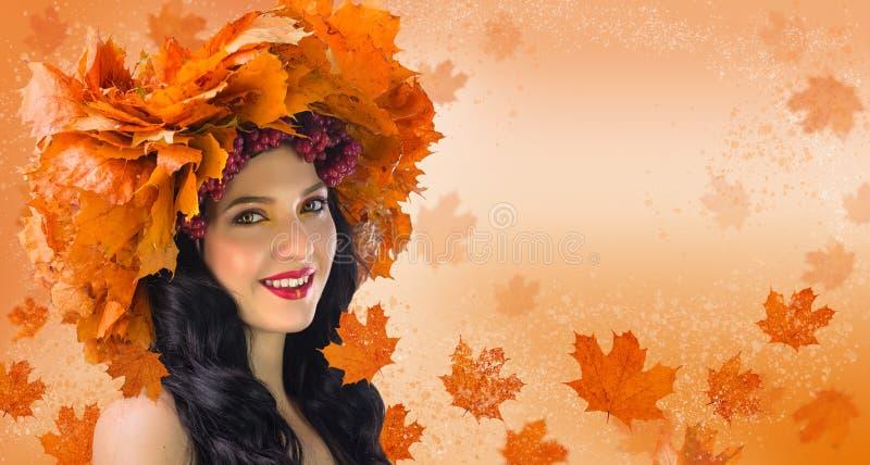 Mujer-caída Mujer hermosa en la guirnalda de las hojas de otoño y del gueld fotos de archivo