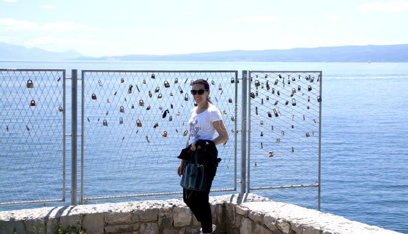 Mujer cabelluda negra que presenta al lado de la pared de la cerradura del amor imágenes de archivo libres de regalías