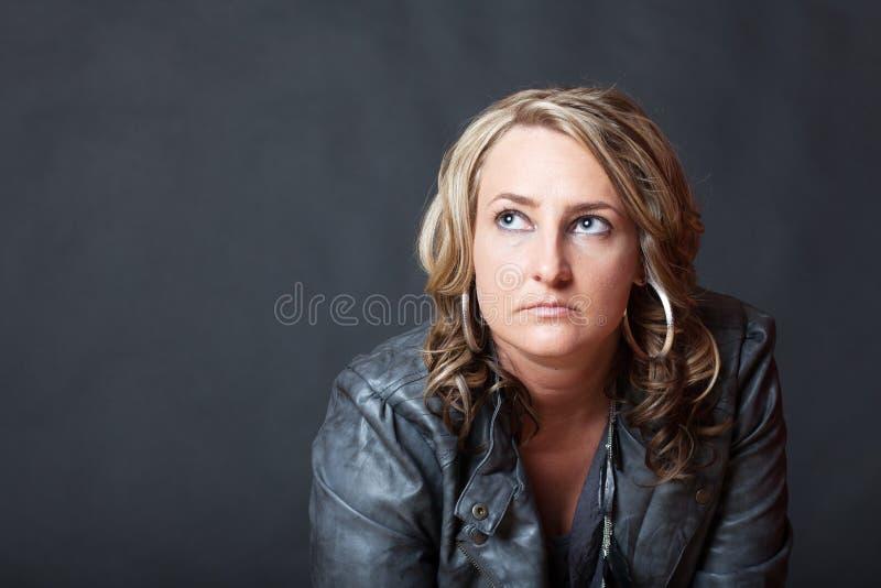 Mujer cabelluda rizada rubia que mira para arriba fotos de archivo