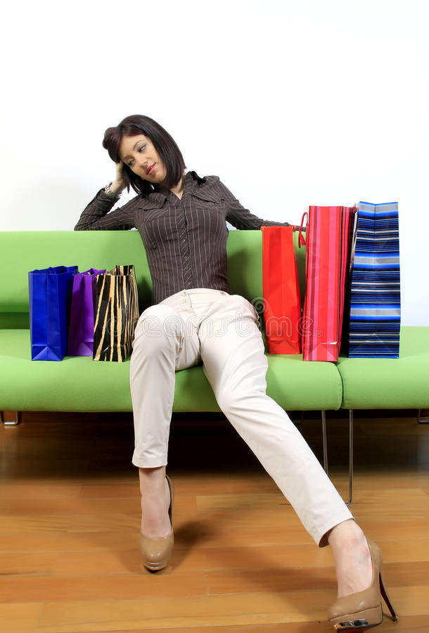 Mujer cansada con compras fotos de archivo libres de regalías