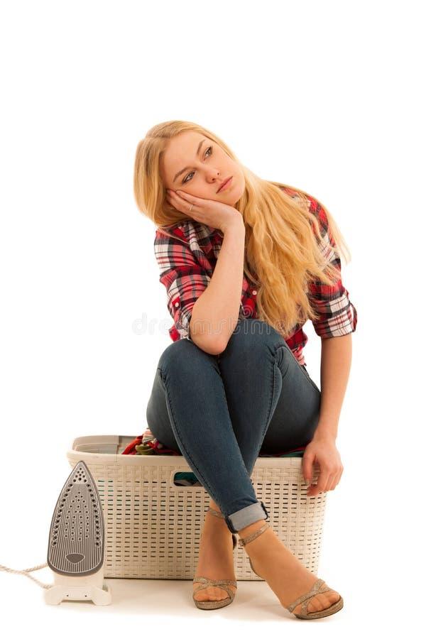 Mujer cansada con una cesta de loundry enfadada con demasiado trabajo fotografía de archivo libre de regalías